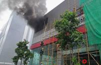 菲国达义市BGC一车行突发火情,浓烟滚滚遮盖楼顶